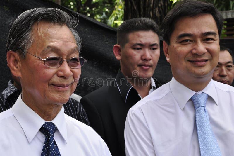 BANGKOK - CIRCA AGOSTO DE 2013: P.M. anterior Chuan Leekpai y líder de partido de Demócrata Abhisit Vejjajiva foto de archivo