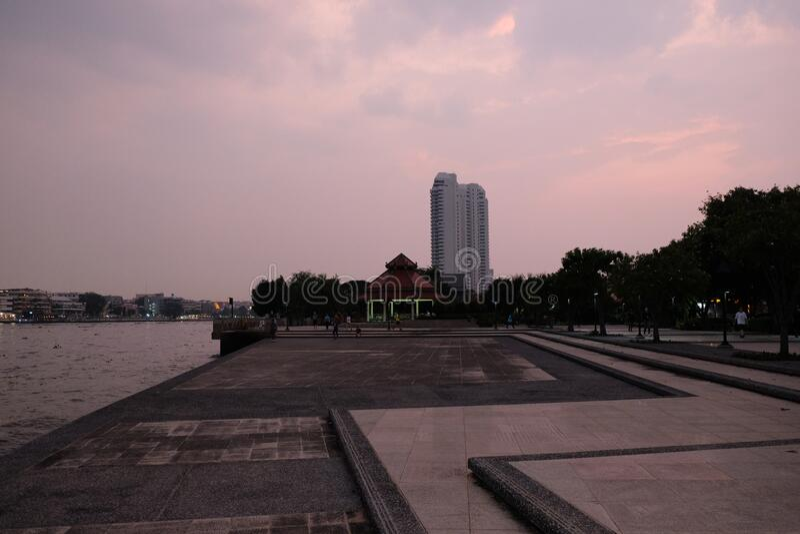 Bangkok City Park sul fiume in serata Tiled Di Bevanda Del Fiume Chao Phraya fotografie stock libere da diritti