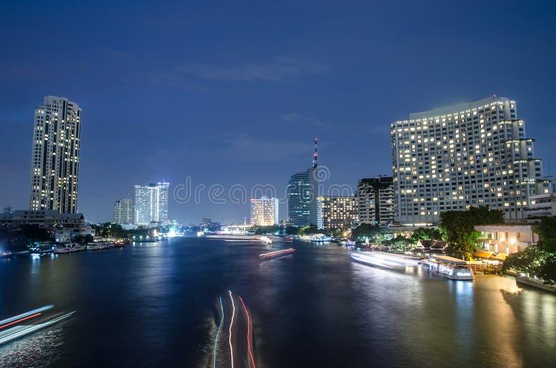 Bangkok cityscape med floden och fartyget på nattetid fotografering för bildbyråer