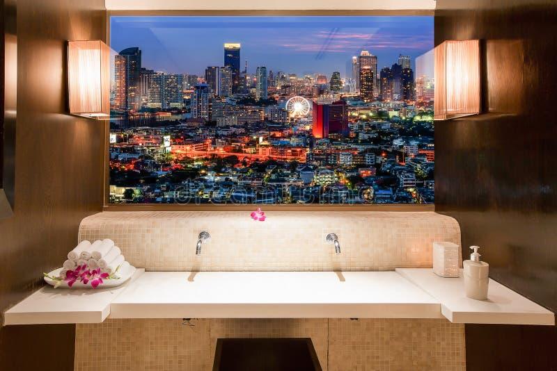Bangkok cityscape sikt till och med fönster i rum royaltyfri fotografi