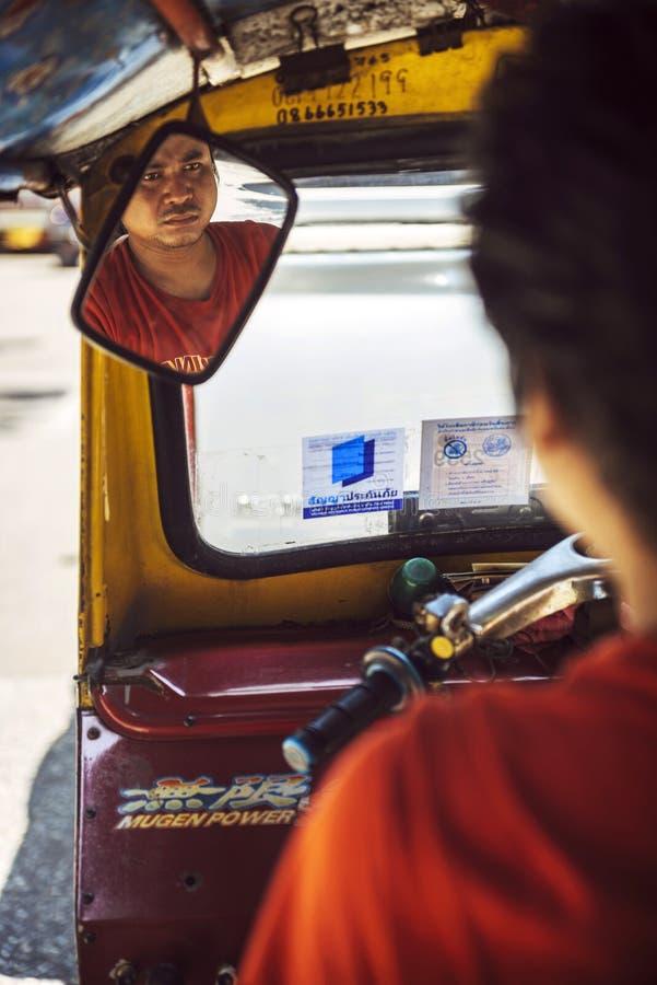 BANGKOK, CZERWIEC - 10, 2015: Niezidentyfikowany tuktuk kierowca wtykający wewnątrz obraz royalty free