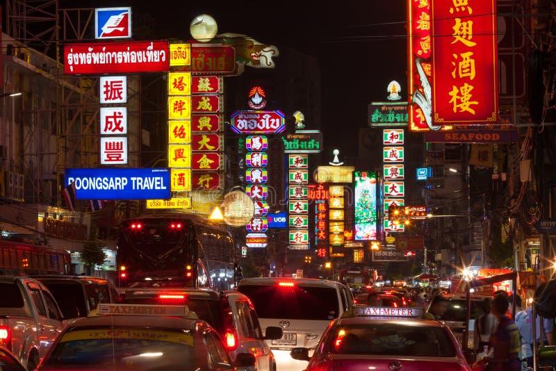 BANGKOK - 31 DE DICIEMBRE: Camino ocupado de Yaowarat en la noche en Decemb imágenes de archivo libres de regalías