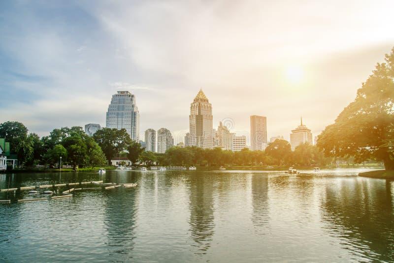 BANGKOK - 7 de noviembre: Opinión del lago del parque de Lumpini en la capital tailandesa foto de archivo