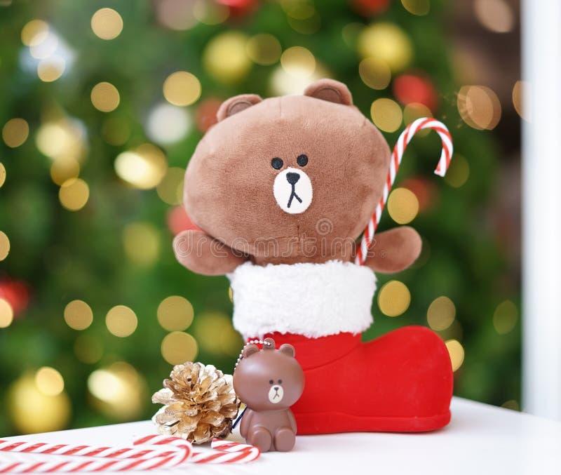 Bangkok - 23 Dec, 2018: Een Bruine foto van Kerstmis draagt in het rode riet van het de holdingssuikergoed van de Kerstmislaars B royalty-vrije stock foto
