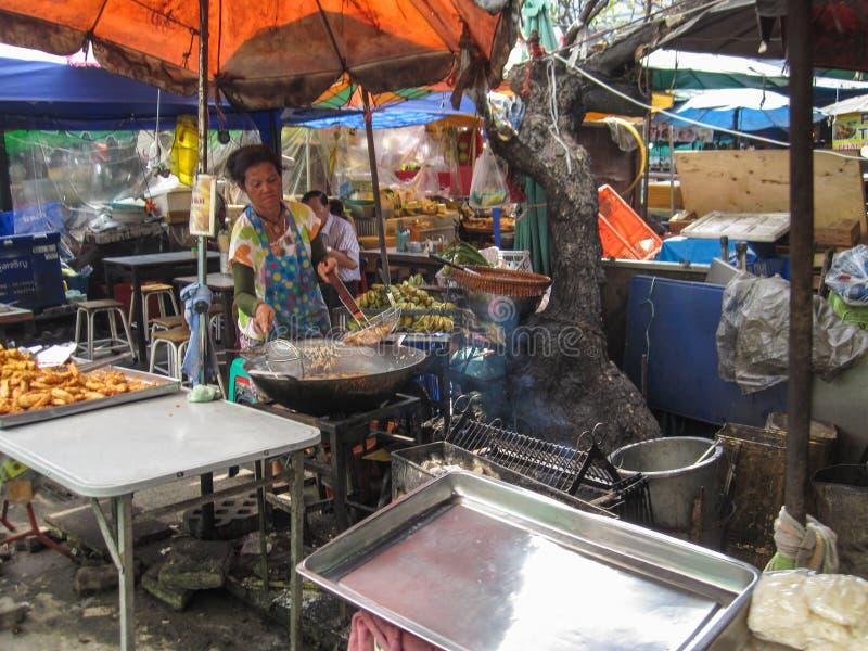 Bangkok December 2013: De echte verkoper van het straatvoedsel in Bangkok stock afbeeldingen