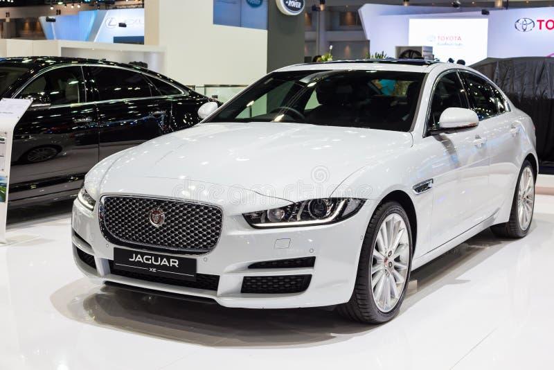 BANGKOK - DECEMBER 1, 2015: Jaguar bil på skärm arkivfoton