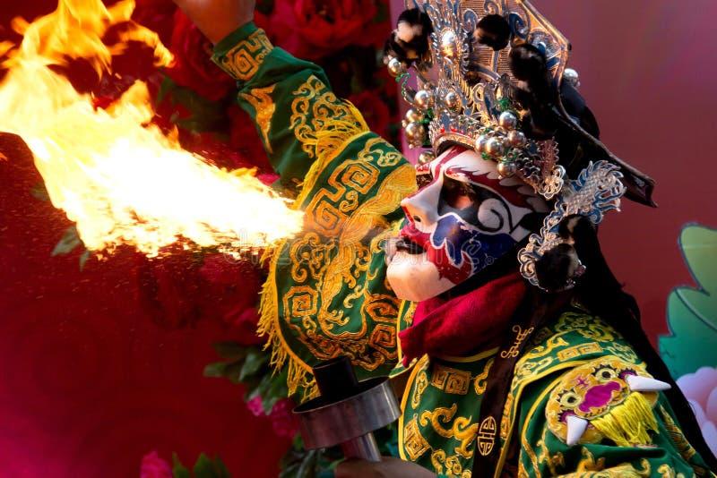 Bangkok det kinesiska nya året, utför den kinesiska operaskådespelaren att spotta brand i traditionellt framsida-ändra royaltyfri fotografi