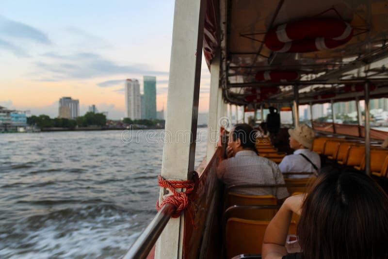 Bangkok durante la puesta del sol vista de un barco expreso imagen de archivo libre de regalías