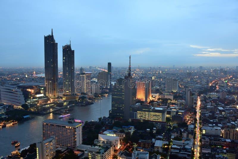 Bangkok e Chao Phraya River durante la notte immagine stock