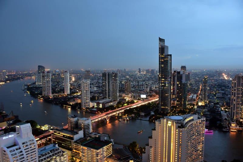 Bangkok en Chao Phraya River tijdens de nacht stock afbeeldingen