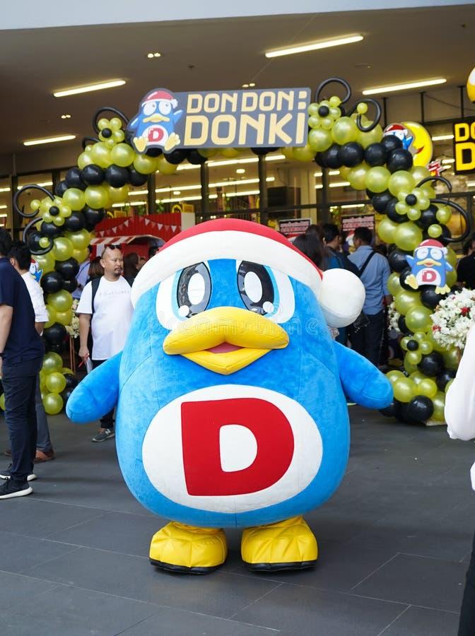 Bangkok - 22. Februar 2019: Ein Pinguinmaskottchen gehört Donki Don Don Donki oder Donki-Mall ist ein sehr populärer Diskonter lizenzfreie stockfotografie