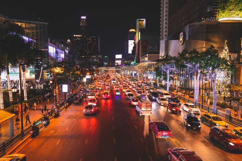 Bangkok gatastad som dekoreras av ljus längs gatan för att välkomna jul och nytt år thailand royaltyfri foto