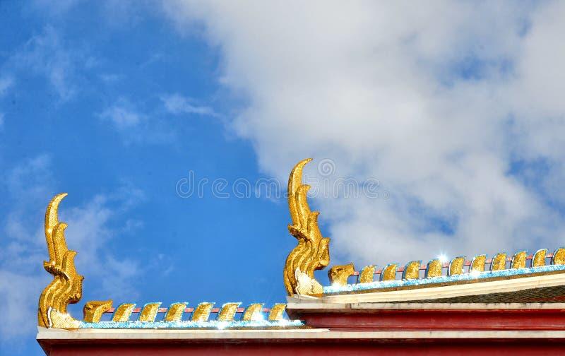 Bangkok-Goldtempelverzierungen mit blauem bewölktem Himmel lizenzfreie stockfotos