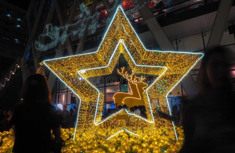 BANGKOK - Grudzień 23: Boże Narodzenia dekorujący z rogaczami i gwiazdami dla przy Środkowym światem dalej Wesoło boże narodzenia zdjęcia royalty free
