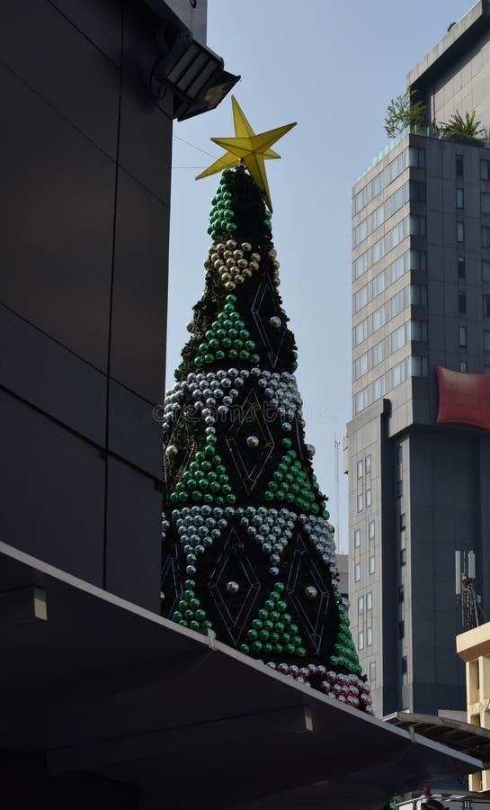 Bangkok har en julsäsong, som har stort sörjer träd ställde in mellan två byggnader royaltyfri fotografi