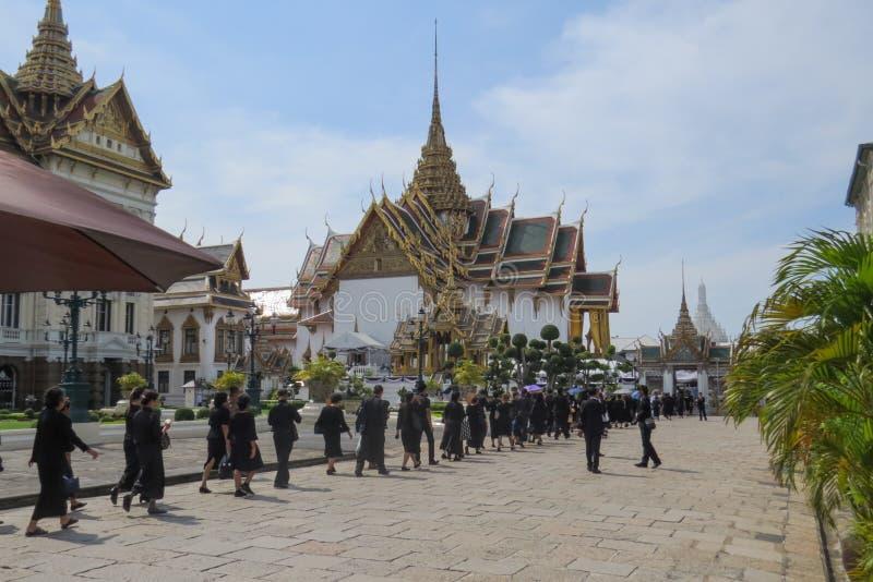 Bangkok het Grote Paleis tijdens de dagen van het nationale rouwen verklaarde in het land na de dood van Koning Bhumibol Adulyade royalty-vrije stock foto's