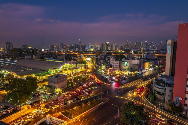 Bangkok Hua Lamphong Railway Station en el crepúsculo Tráfico en las calles Vista de pájaro, imagen de archivo