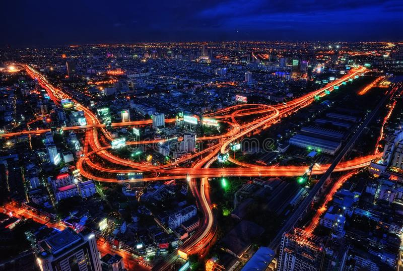 Bangkok huvudvägkors på natten arkivfoto