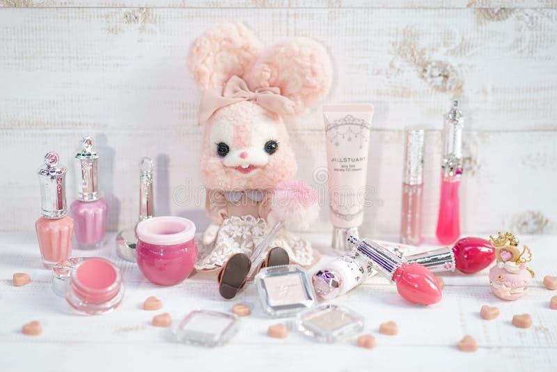 Bangkok, Jan - 20, 2019: Śliczny różowy królik lali obsiadanie wśród JillStuart kosmetyków Jill początek jest Amerykańskim projek obrazy stock