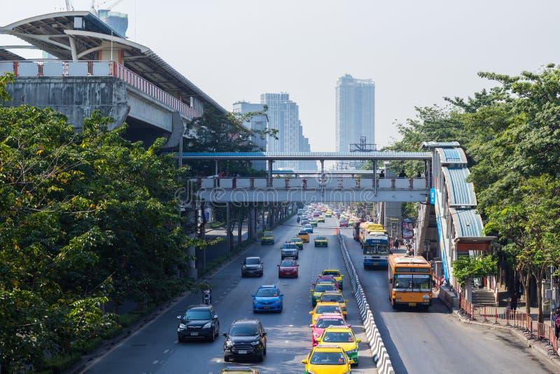 BANGKOK - JANUARI 22, 2017: Trafik på området för vägjatujakmarknad i Bangkok arkivbilder