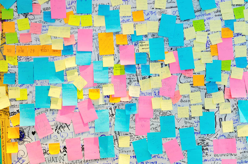 Bangkok - 9 juin : Notes de post-it colorées avec des suggestions sur photos libres de droits
