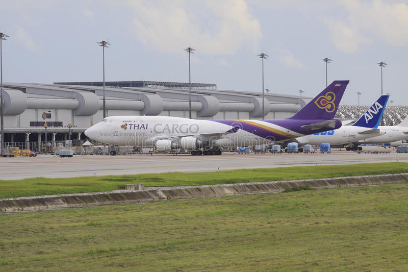 Bangkok 25. Juli: thaiairway Transportflugzeugparken bei Suvarnabhumi ai stockbilder