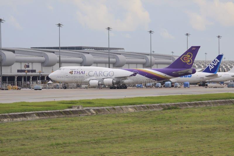 Bangkok-JULY25: thaiairway vrachtvliegtuigparkeren in Suvarnabhumi ai stock afbeeldingen