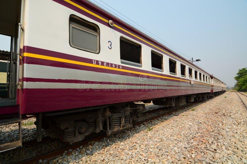 Bangkok, Kanchanaburi, train de Nam Tok ? la gare ferroviaire de Kanchanaburi thailand image stock
