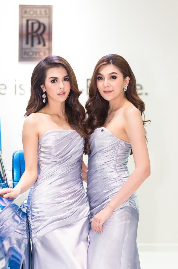 BANGKOK, KWIECIEŃ - 3: Niezidentyfikowani modele z rolki royce na pokazie zdjęcia royalty free