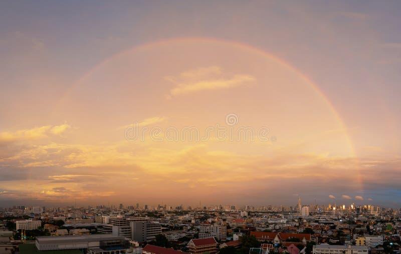 Bangkok linia horyzontu z 180 stopni tęczą w śródmieściu i financia zdjęcia royalty free