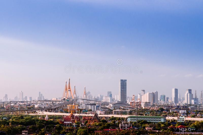 Bangkok linii horyzontu pejzaż miejski, królewiątka Bhumibol most i Przemysłowy obrazy stock