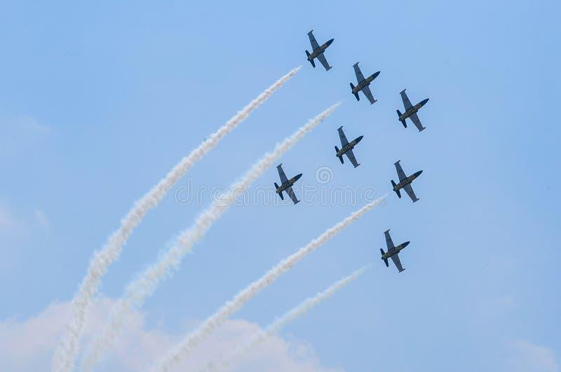 BANGKOK - 21. März - Show Breitling Jet Team und thailändische Luft F Rayal stockfotografie