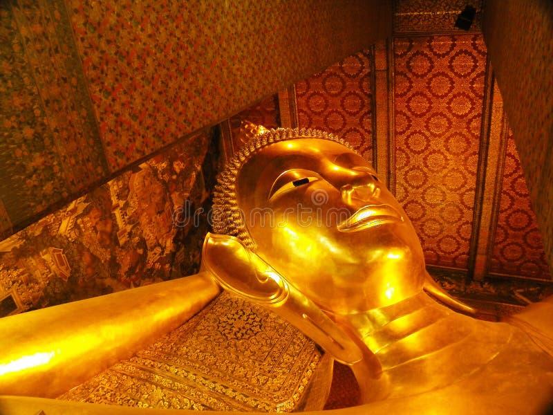 BANGKOK - MAART 16 Doende leunen Boedha in de tempel van Wat Pho op 16 Maart, 2012 in Bangkok, Thailand Wat Pho wordt genoemd na  stock foto