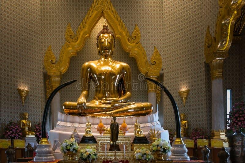 BANGKOK - Maj 24: Den guld- Buddha på templet namnger Wat Traimitr och royaltyfri fotografi