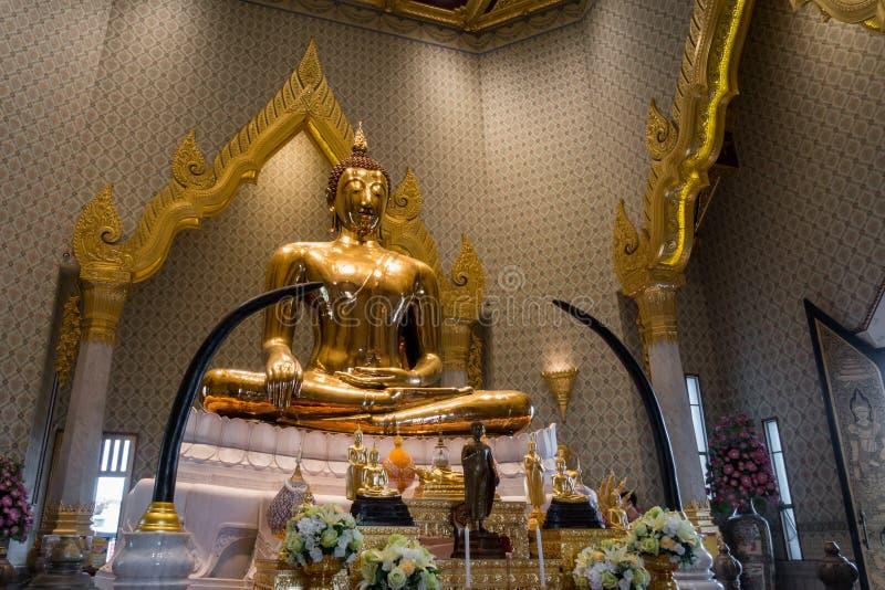 BANGKOK - Maj 24: Den guld- Buddha på templet namnger Wat Traimitr och arkivfoton