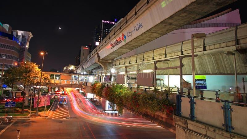 Traccia leggera sulla via di Rama I con la passeggiata pubblica del cielo fotografie stock libere da diritti