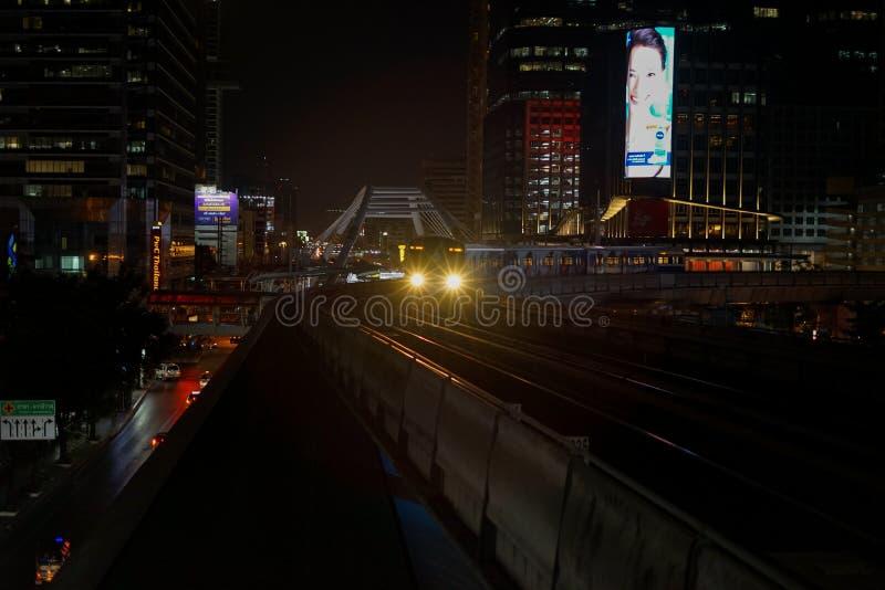 Bangkok masowego systemu tranzytowego BTS nieba pociąg przyjeżdża Chong Nonsi staci nighttime obrazy stock