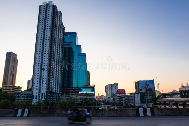 Bangkok metropolita przy zmierzchem na Ekkamai drogowym skrzy?owaniu z Petchburi drogowy Bangkok Tajlandia fotografia royalty free