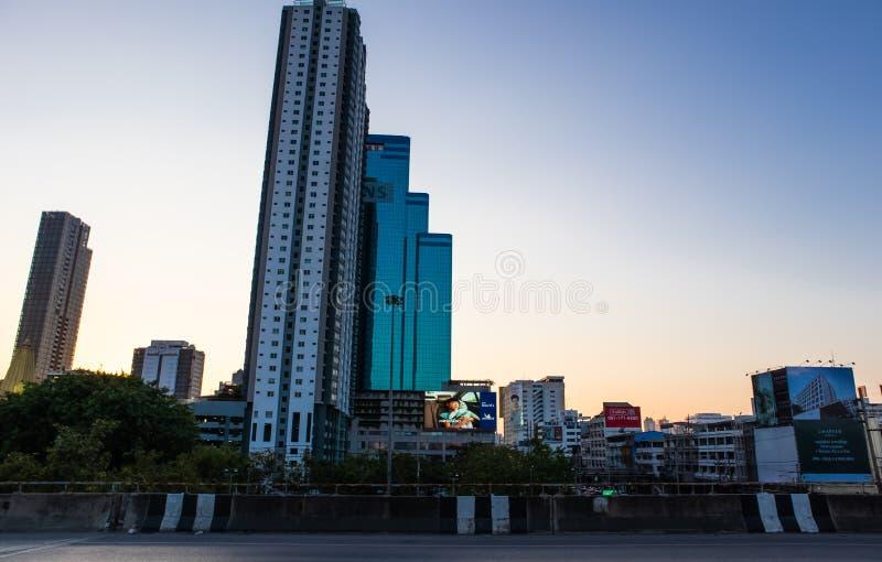 Bangkok metropolita przy zmierzchem na Ekkamai drogowym skrzy?owaniu z Petchburi drogowy Bangkok Tajlandia obrazy stock