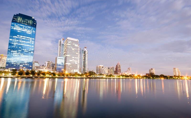 Bangkok miasta śródmieście przy nocą z odbiciem linia horyzontu, Bangk zdjęcia stock