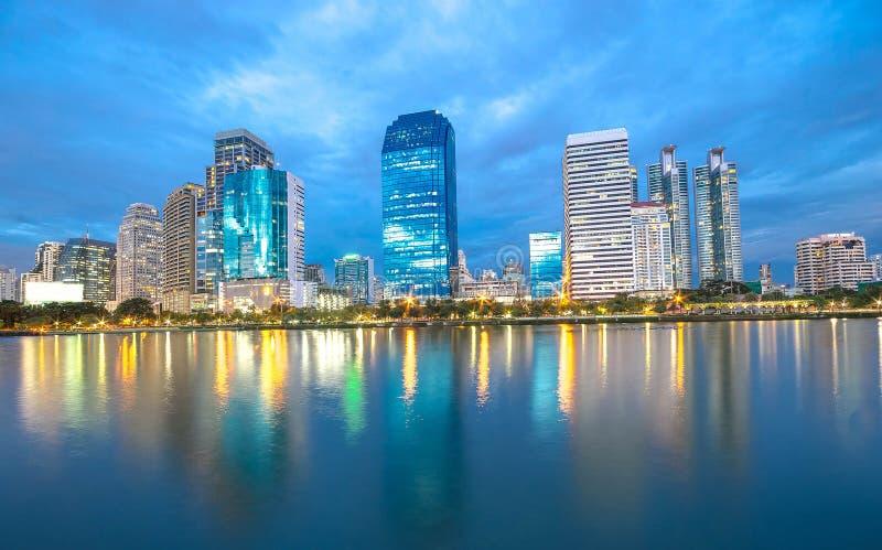 Bangkok miasta śródmieście przy nocą z odbiciem linia horyzontu, Bangk fotografia royalty free