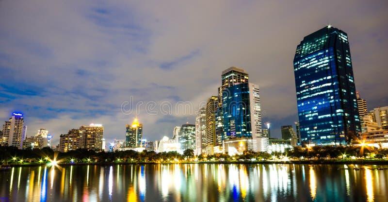 Bangkok miasta śródmieście przy nocą z odbiciem linia horyzontu, Bangk zdjęcie stock