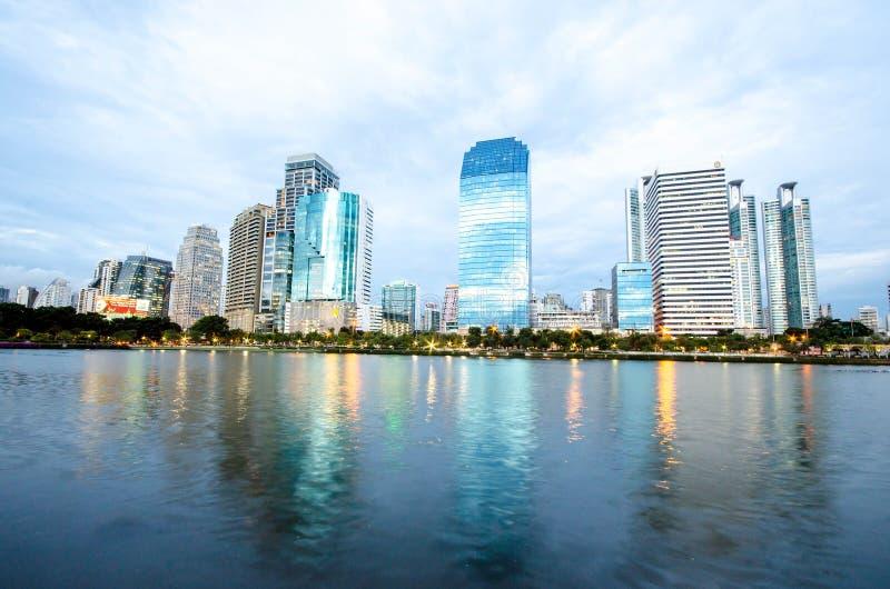 Bangkok miasta śródmieście przy nocą z odbiciem linia horyzontu, Bangk fotografia stock