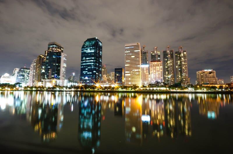 Bangkok miasta śródmieście przy nocą z odbiciem linia horyzontu, Bangk obrazy royalty free
