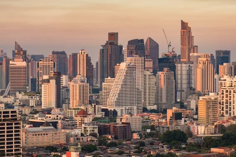 Bangkok miasta linia horyzontu z miastowymi drapacz chmur przy zmierzchem obraz stock