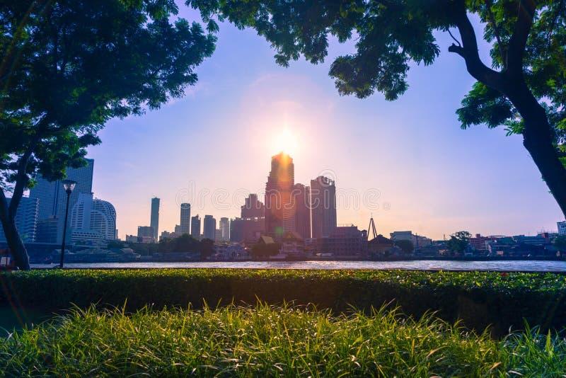 Bangkok morgonhimmel, solresning ovanför höga löneförhöjningbyggnader near t arkivbilder
