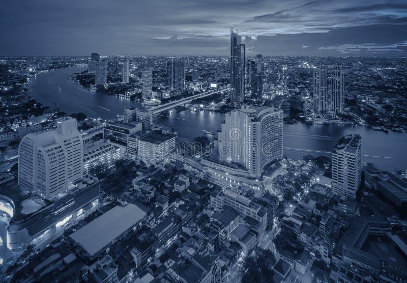 Bangkok-Nachtstadtbild mit modernen Gebäuden stockbild