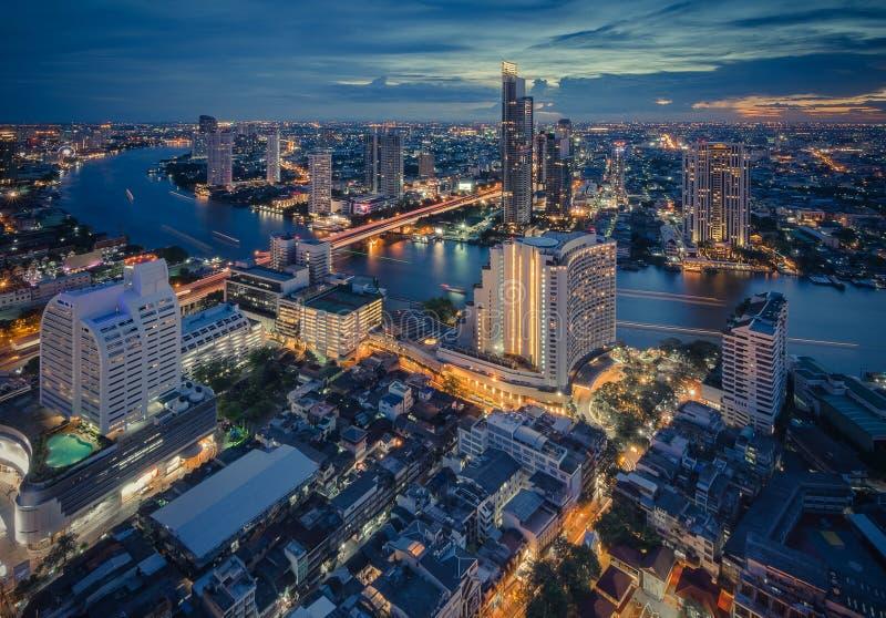 Bangkok-Nachtstadtbild mit modernen Gebäuden lizenzfreie stockfotografie