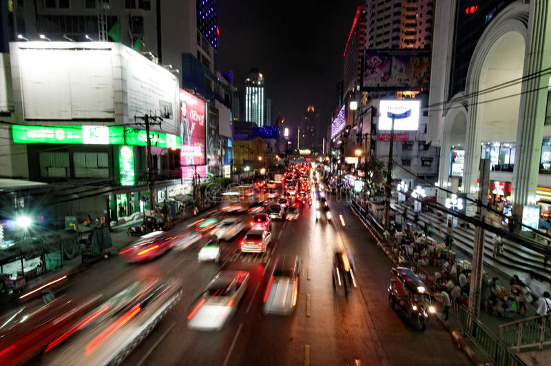 Bangkok natttrafik royaltyfria foton