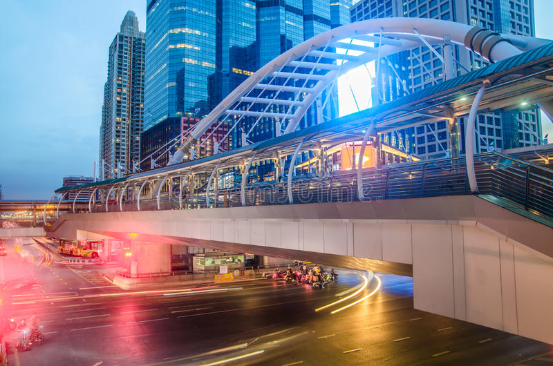 BANGKOK - 7. November: Gebäude und eine skywalk Architektur mag spid lizenzfreie stockfotos